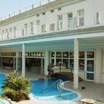 la vista dell'albergo dalla piscina