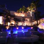 Blick von der Terrasse auf das Hotel