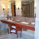 enough space on double sinks in the Fiore room