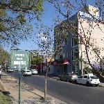 El hotel se encuentra frente a una de las plazas que a su vez posee un museo