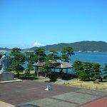 御木本氏の銅像と景色
