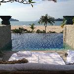 Adult infinity pool overlooking the beach