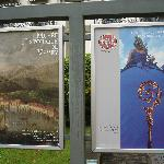 Museumsplakat (rechts) gemeinsam mit dem historischen Museum (links)