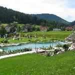 Vue de l'étang de baignade et un des saunas extérieurs