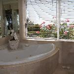 la baignoire Jaccuzi avecvue sur le jardin et la mer