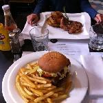 pollo alla griglia e hamburger