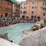 大混雑のトレビの泉