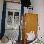 armadio con TV e tavolino