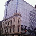 少し離れると上部は近代的ビル