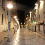 la calle del apartamento de noche