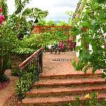 Terrasse mit Durchgang zum hinteren Garten