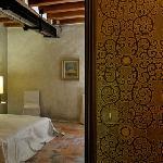 La chambre monacale et son papier peint à la planche