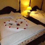 le soir, les lits sont ouverts et décorés