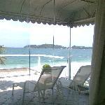 Vista desde el interior, donde se aprecia el balcon terraza que dá a la playa