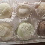 6 mochi with ice cream of different flavours