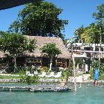 Vista de la laguna hacia el hotel
