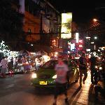 La rue de l'hôtel. La plus animée de Bangkok la nuit!