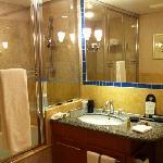 ガラス張りで清潔な浴室