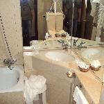 La muffa angolo vasca...se si può definire vasca, per non parlare della ruggine dei sanitari...