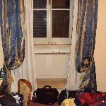 Questa è la finestra vecchissima ed i tendaggi sporchissimi, se zoommate vedete delle belle macc