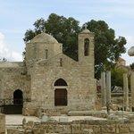 Eine kleine Kirche auf dem Gelände der riesigen Basilika