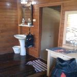 Waschbecken neben Bett, ohne Aufhängevorrichtung