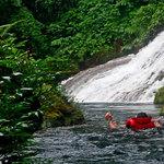 Se laisser flotter vers la cascade