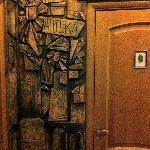 барельефы на стене коридора, рядом с дверью в номер