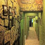 барельефы на стене коридора