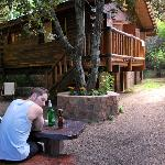 Vista panorámica de la cabaña y su jardin