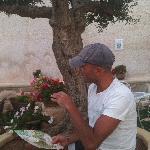 io che chiacchiero con Giovanni nel giardino