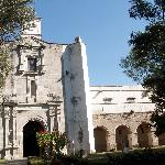 Parte de la fachada de la iglesia y convento