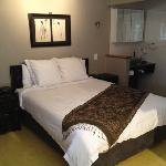 queen bed spa suite