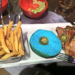 Hamburguesa con panecillo azul