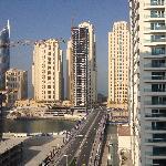 Utsikt från balkong mot marinan och havet (mellan husen)