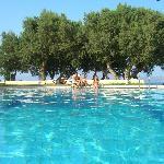 la piscine avec au loin la plage
