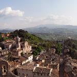 Verucchio e sullo sfondo San Marino