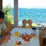 Desayuno bufet con la vista del lago