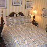 Aberhart Room - Small room with Queen Bed