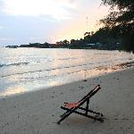 Sonnenuntergang am Strand vor Koh Chang Paradise Resort