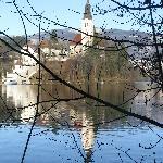 La vista del lago dalla passeggiata sotto la villa
