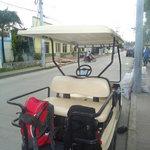 Alrededor del hotel, en el carrito de golf alquilado con la ayuda del hospedaje.