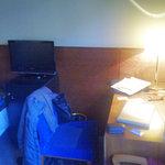 Escritorio, minibar y television