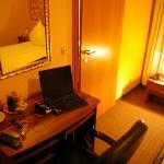 Zimmer mit Schreibtischansicht... Durchgang nur mit Möbelrücken möglich