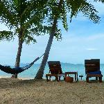 Strandbereich mit eigenen Liegen und Hängematte