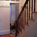 L'entrée d'une des salles de bains et l'escalier qui se poursuit vers le 2ième étage.