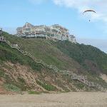Paraglider vor der Treppe zum Hotel