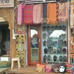 Vue de la rue: à côté de Dhanraj Bhatia Sweets shop