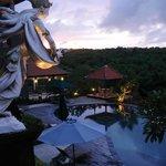 Vista della piscina al tramonto