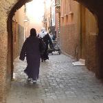 La tranquila calle donde se encuentra el riad